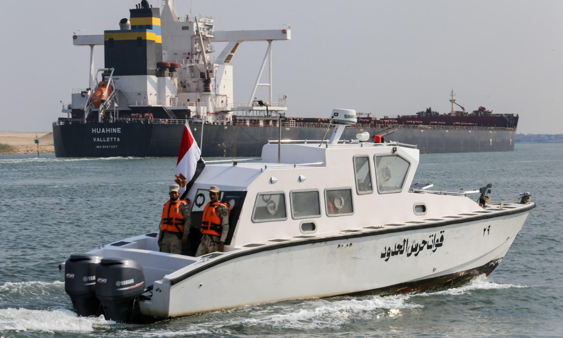Lực lượng an ninh Ai Cập tuần tra trên kênh đào Suez hôm 30/3. Ảnh: Reuters.