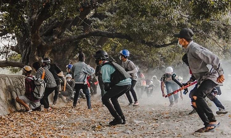 Người biểu tình ứng tại Mandalay, Myanmar, hôm nay. Ảnh: AFP.