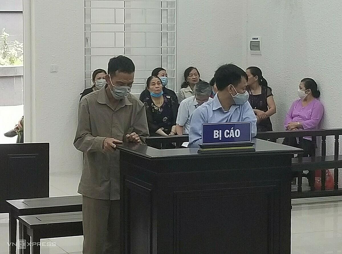 Bị cáo Đạt (áo xanh) và Hoạt trong phiên toà ngày 2/4. Ảnh: Thanh Lam