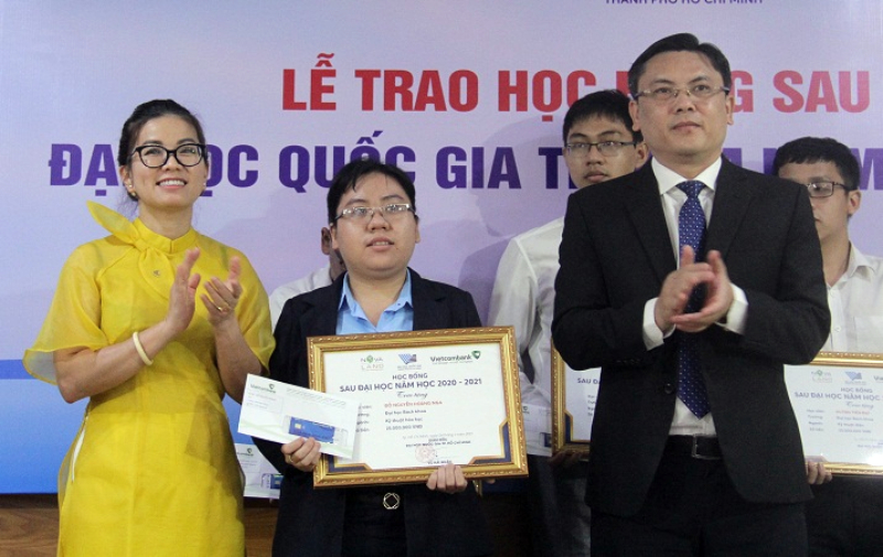 Thạc sĩ Đỗ Nguyễn Hoàng Nga nhận học bổng sau đại học của Đại học Quốc gia TP HCM ngày 24/3. Ảnh: VNUHCM.