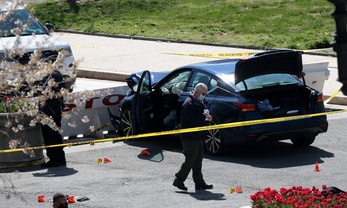 Hiện trường vụ lao xe đâm dao tại khuôn viên tòa nhà quốc hội Mỹ ở thủ đô Washington ngày 2/4. Ảnh: AFP.