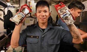 Thủy thủ chiến hạm Canada tấm tắc với cà phê sữa đá Việt Nam