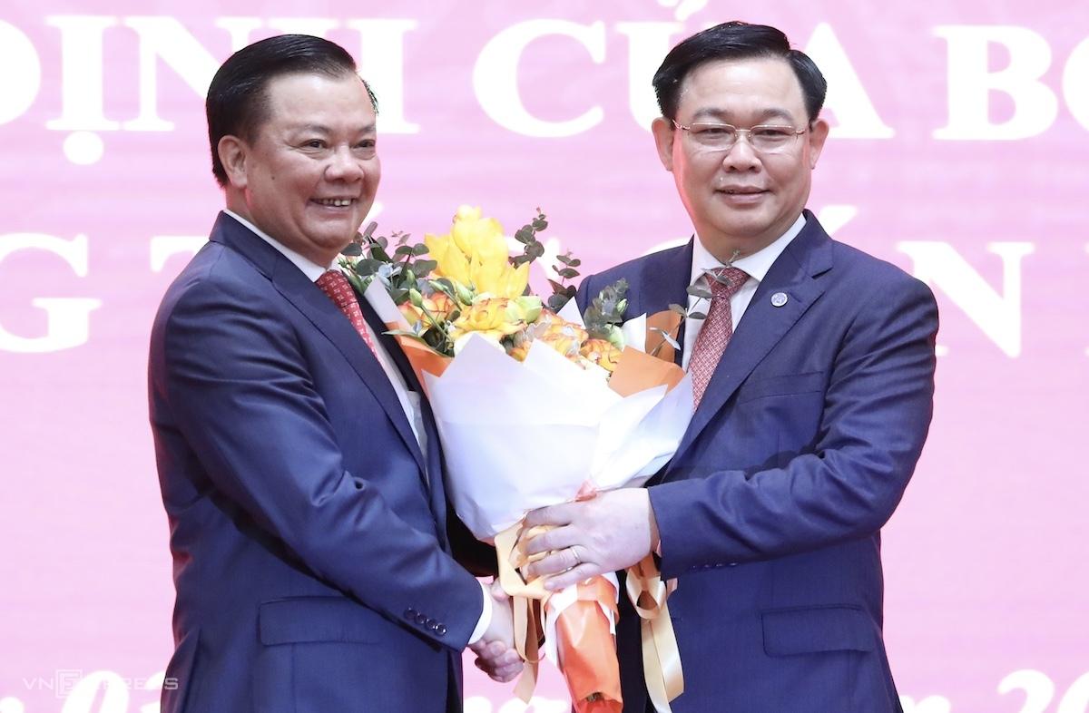 Bí thư Thành ủy Hà Nội Đinh Tiến Dũng và Chủ tịch Quốc hội Vương Đình Huệ tại lễ trao quyết định, sáng 3/4. Ảnh: Ngọc Thành