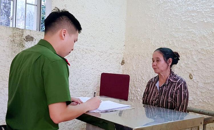 Bà Ngô Thị Lý (góc phải) làm việc với cảnh sát. Ảnh: Hùng Lê