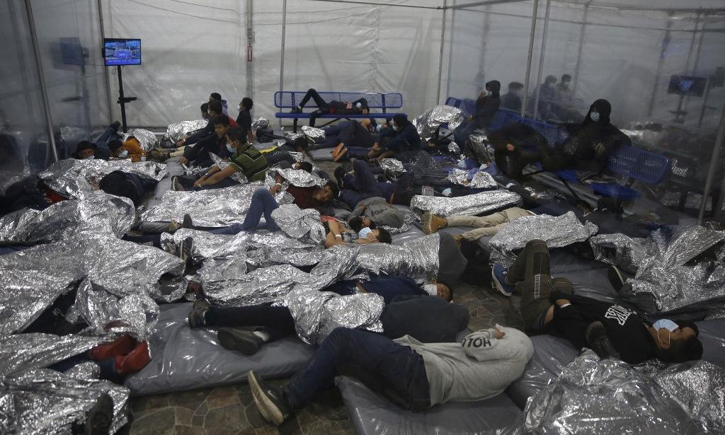 Người di cư trong một cơ sở tập trung ở bang Texas hôm 30/3. Ảnh: AFP.
