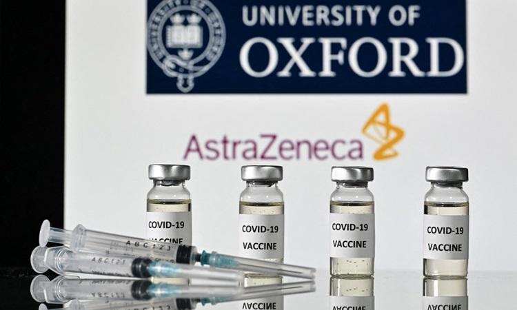 Các lọ vaccine AstraZeneca và ống tiêm hồi tháng 11/2020. Ảnh: AFP.