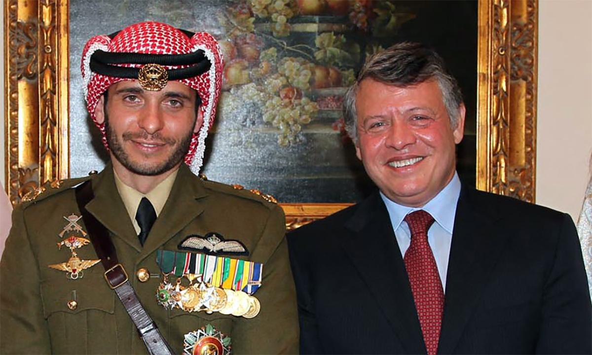 Quốc vương Jordan Abdullah II (phải) trong đám cưới của hoàng tử Hamzah (trái) năm 2012. Ảnh: AFP.