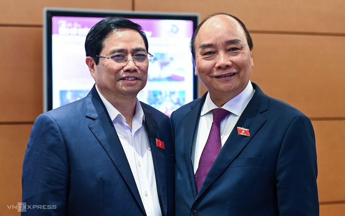 Ông Nguyễn Xuân Phúc (phải) được đề cử để Quốc hội bầu Chủ tịch nước và ông Phạm Minh Chính (nhân sự được giới thiệu ứng cử đại biểu Quốc hội khối Chính phủ) bên hành lang Quốc hội. Ảnh: Giang Huy
