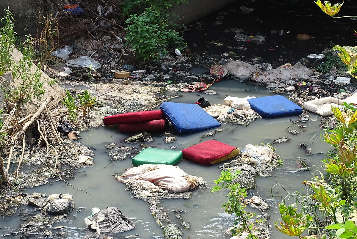 Những tấm nệm bị người dân vứt xuống dòng kênh. Ảnh: Hà An.