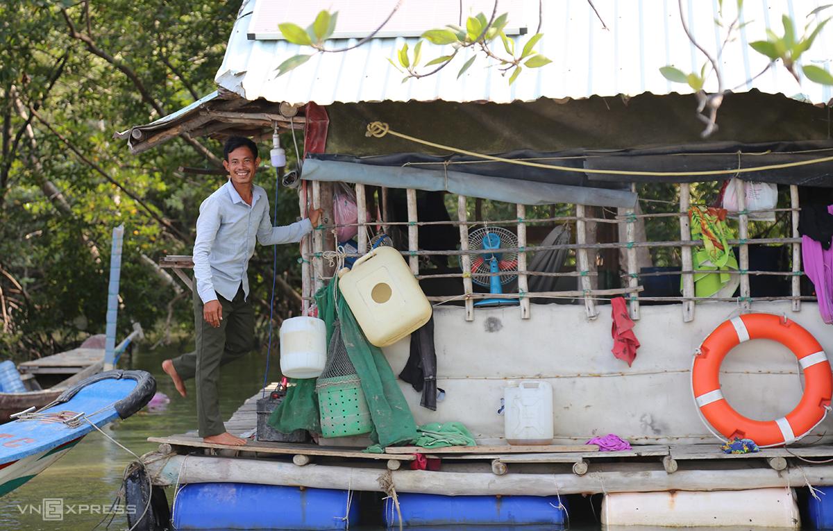 Gia đình anh Thành sống lênh đênh trên nhà bè rộng chừng 20m2 ở cù lao Gò Gia. Ảnh: Đình Văn.