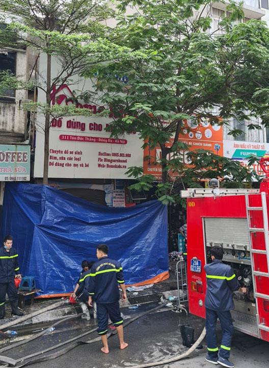 Biển quảng cáo ở tầng 2 và 3 ngôi nhà 311 Tôn Đức Thắng vẫn còn nguyên sau vụ cháy rạng sáng 4/4. Ảnh: Tất Định.