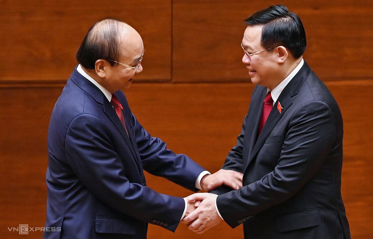 Chủ tịch Quốc hội Vương Đình Huệ bắt tay chúc mừng tân Chủ tịch nước Nguyễn Xuân Phúc. Ảnh: Giang Huy