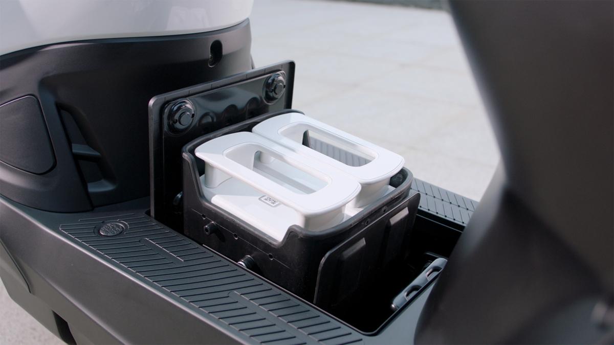 Xe máy điện Ionex với kết cấu pin có thể tháo ra thay mới mà không cần chờ sạc. Ảnh: Kymco