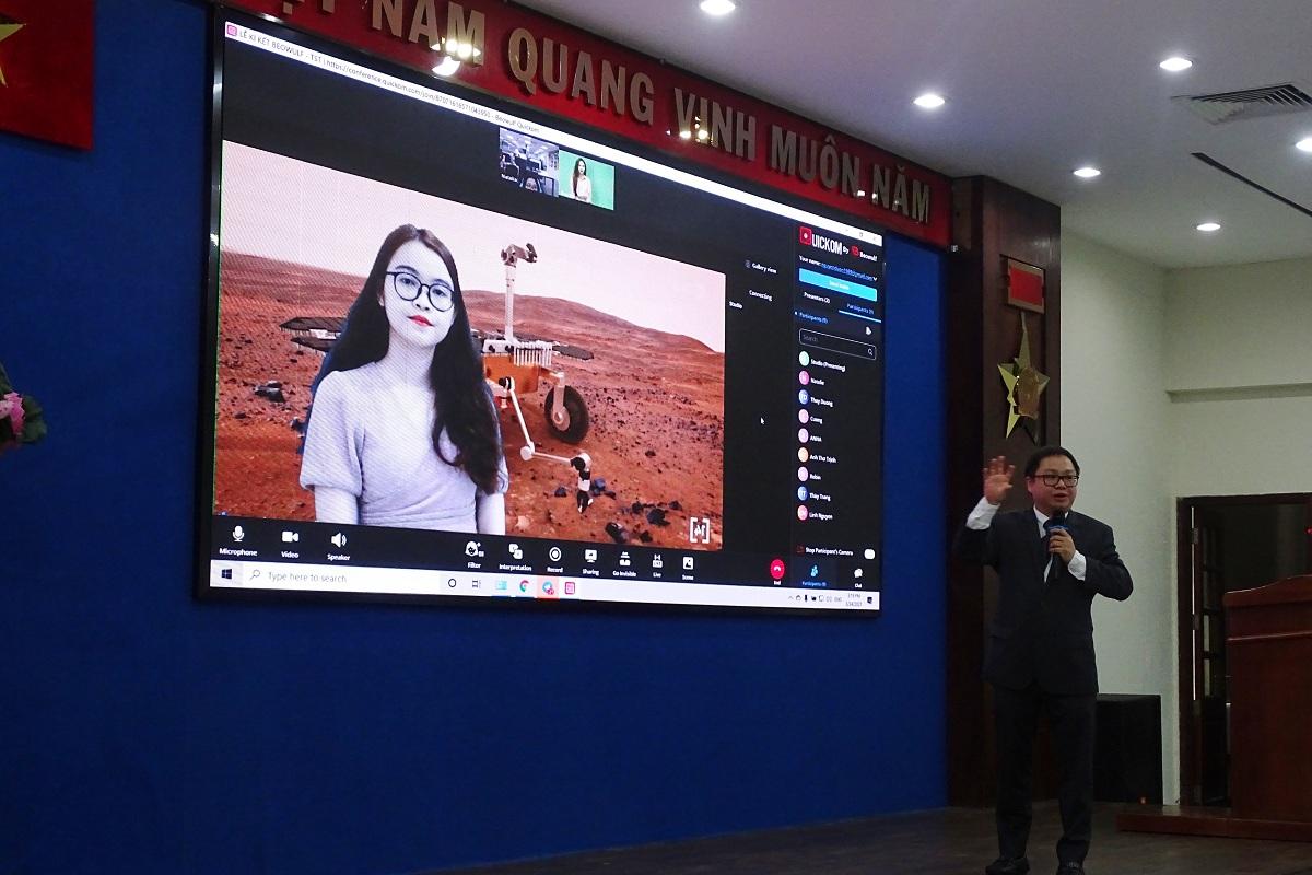 TS Đạt giới thiệu chức năng của ứng dụng cho học sinh, giáo viên tại Thành đoàn TP HCM. Ảnh: Hà An.