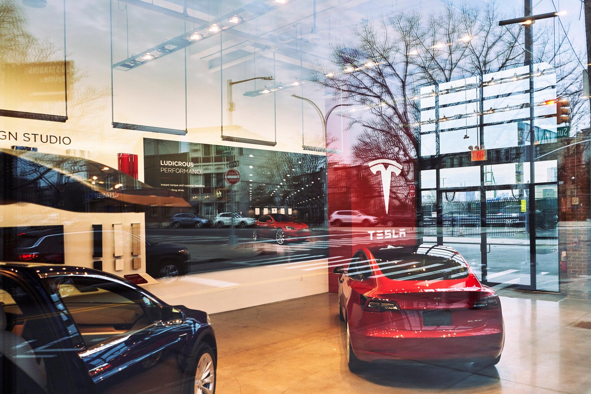 Bên trong một đại lý Tesla ở thành phố New York.
