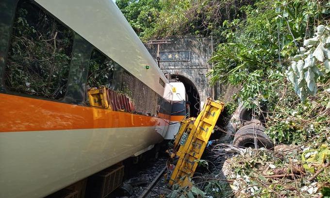 Hiện trường vụ tàu hỏa trật bánh sáng 2/4. Ảnh:Taiwan News.