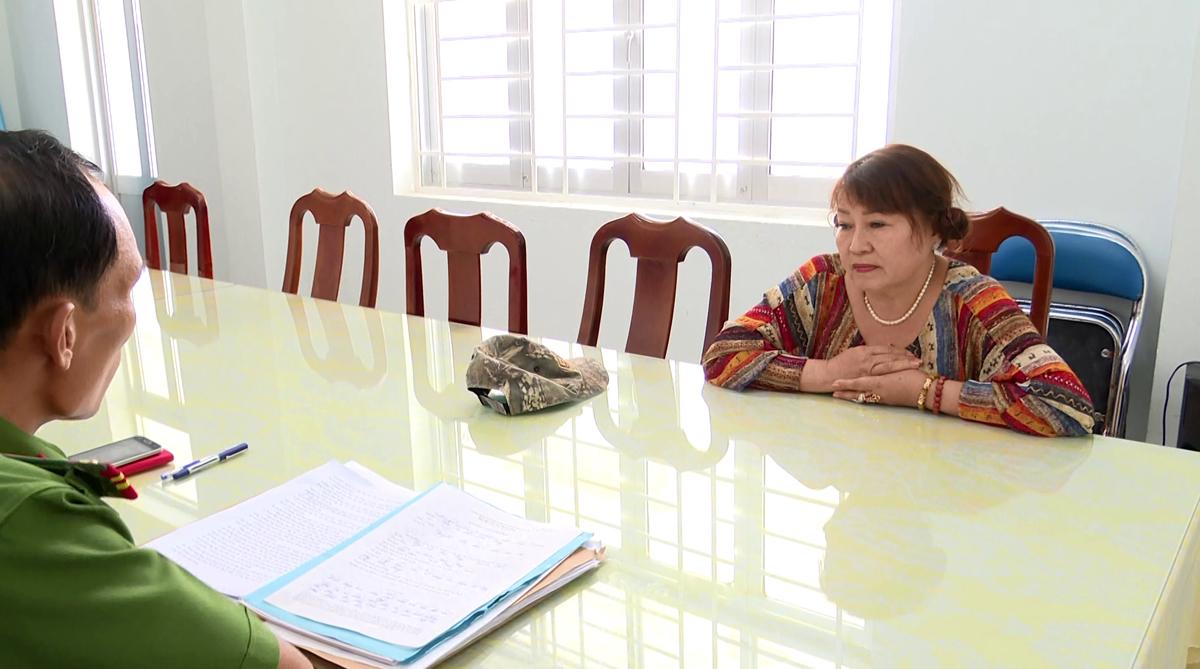 Bà Kim Cương tại cơ quan điều tra. Ảnh: Hồ Nam.