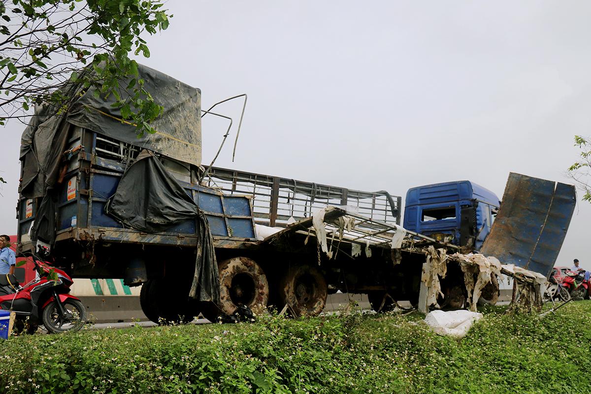 Xe tải được cẩu từ dưới ruộng lên đường sau tai nạn. Ảnh: Đức Hùng