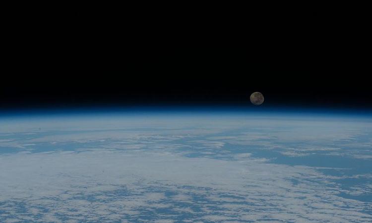 Trái Đất và Mặt Trăng nhìn từ vệ tinh không gian. Ảnh: NASA.