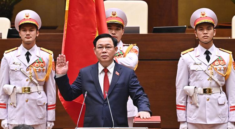 Chủ tịch Quốc hội Vương Đình Huệ tuyên thệ hôm 31/3. Ảnh: Giang Huy.