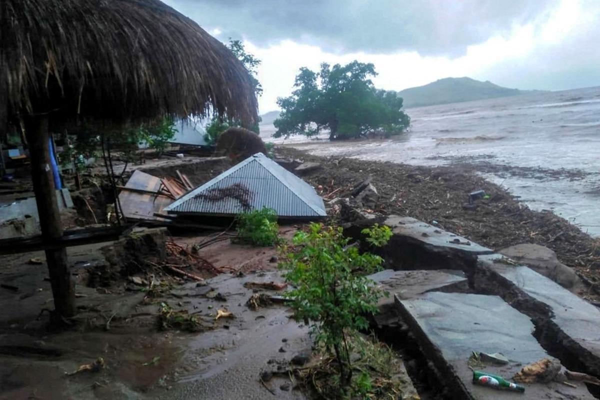 Trận lũ quét tàn phá khu vực đảo Lembata, tỉnh Đông Flores, hôm 4/4, khiến cây cối đổ rạp và nhiều căn nhà tốc mái. Ảnh: AFP.