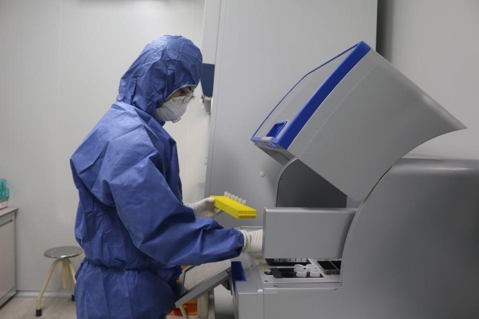 CDC Quảng Bình xét nghiệm mẫu Covid-19 cho nhóm Trung Quốc nhập cảnh trái phép. Ảnh: Nguyễn Hoàng