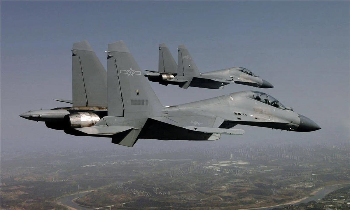Tiêm kích F-16 của Trung Quốc trong một chuyến bay diễn tập. Ảnh: PLA.