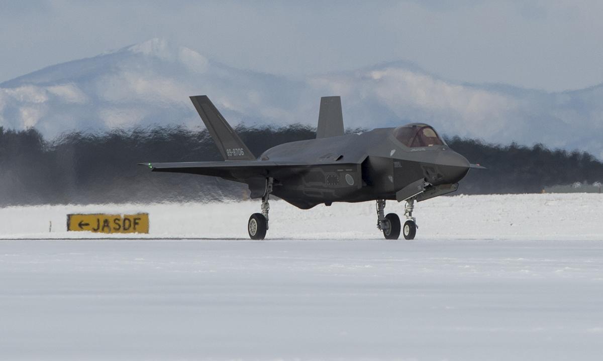 Tiêm kích F-35 của Nhật Bản di chuyển trên đường lăn tại căn cứ không quân Misawa tháng 1/2018. ẢNh: USAF.