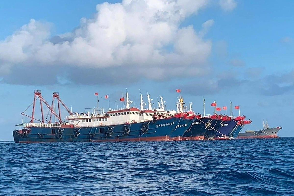 Đội hình tàu Trung Quốc neo đậu tại bãi đá gần đảo Sinh Tồn Đông của Việt Nam. Ảnh: AP.