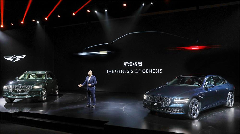 SUV GV80 (bên trái) và sedan G80 trong sự kiện ra mắt tại Thượng Hải. Ảnh: Hyundai
