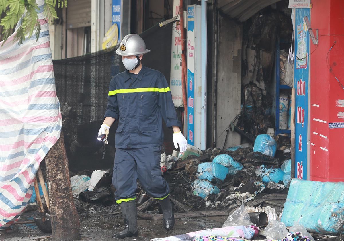 Hiện trường vụ cháy cửa hàng đồ sơ sinh 311 Tôn Đức Thắng. Ảnh: Tất Định.
