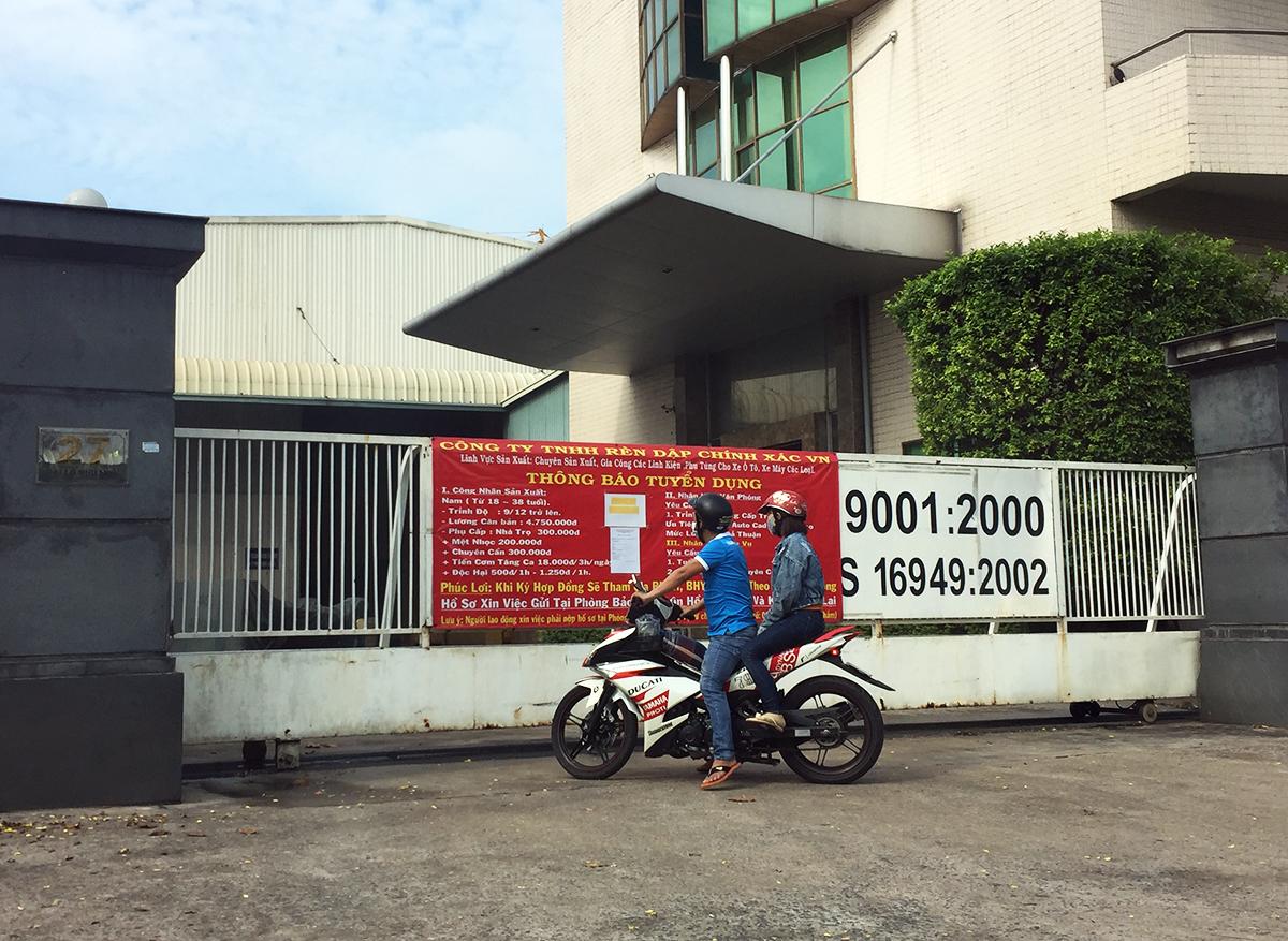 Người lao động xem thông tin doanh nghiệp tuyển dụng ở Khu công nghiệp Việt Nam – Singapore thuộc tỉnh Bình Dương. Ảnh: Lê Tuyết.