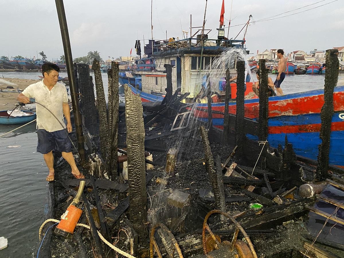 Tàu cá của ông Bảnh cháy đen dù người dân đã nỗ lực dập lửa. Ảnh: Nguyễn Tánh.