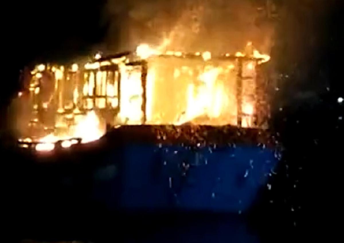 Tàu cá bị cháy rạng sáng nay. Ảnh: Nguyễn Tánh.