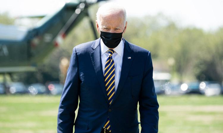 Tổng thống Mỹ Joe Biden bên ngoài Nhà Trắng hôm 5/4. Ảnh: AFP.