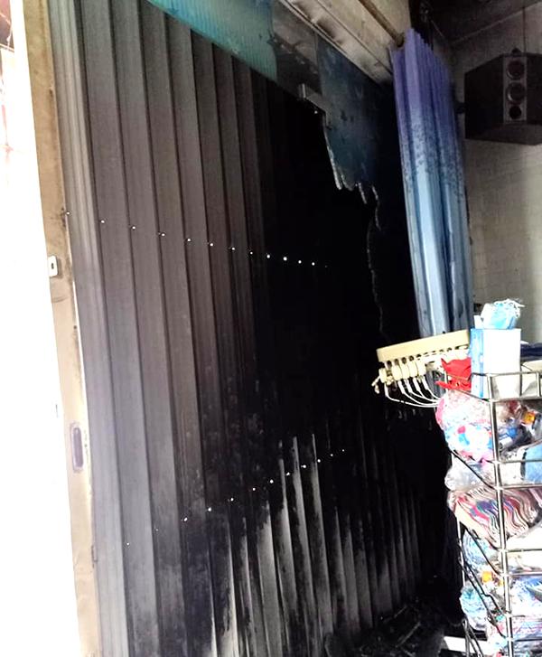Một số vật dụng trong cửa hiệu cắt tóc gội đầu bị thiêu cháy sau khi bị phóng hoả. Ảnh: Việt Dũng.