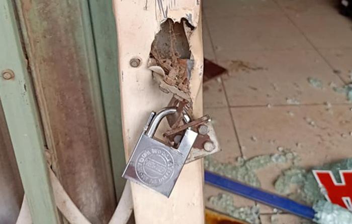 Nghi phạm được cho dùng khoá khoá phía ngoài cửa xếp để không cho các nạn nhân thoát ra. Ảnh: Việt Dũng.