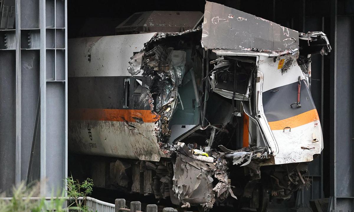 Tàu tốc hành Taroko vỡ nát sau tai nạn hôm 2/4 tại đường hầm ở huyện Hoa Liên, đảo Đài Loan. Ảnh: Reuters.