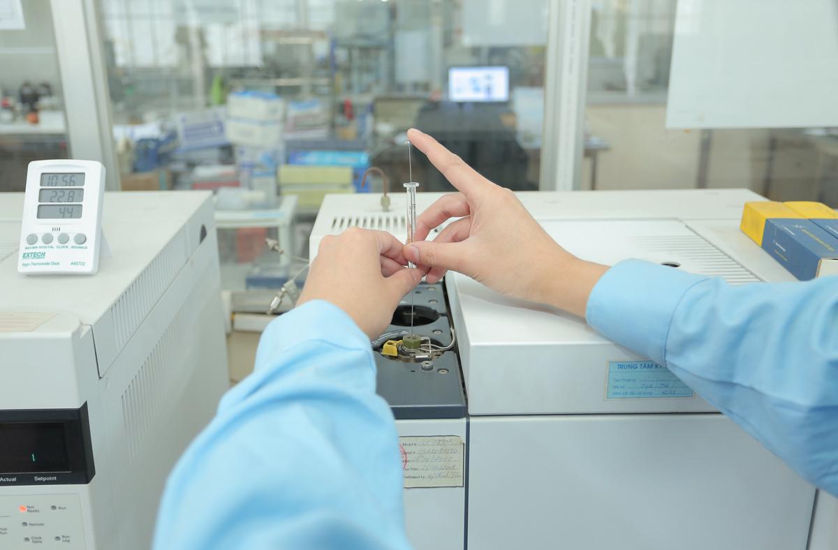 Kỹ thuật viên thực hiện thí nghiệm trên máy sắc ký khí, xác định hàm lượng benzen và oxygenates cho xăng. Ảnh: TĐC.