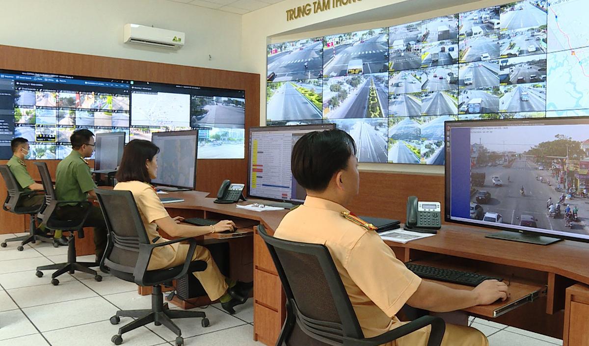 CSGT theo theo dõi hệ thống tại Trung tâm chỉ huy Công an tỉnh Bà Rịa - Vũng Tàu. Ảnh: Quang Bình.