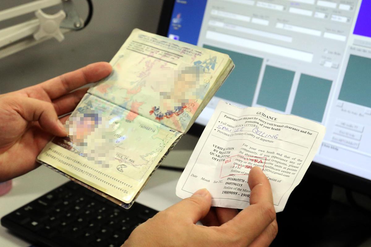 Kiểm tra hộ chiếu và tờ khai y tế của hành khách khi nhập cảnh Việt Nam tháng 3/2020. Ảnh: Bá Đô.
