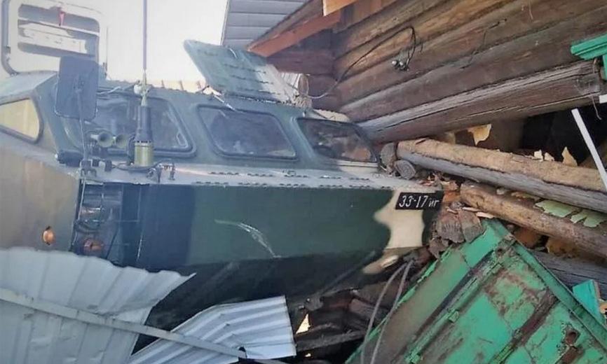 Xe bệ phóng Tochka-U đâm vào nhà dân ở Moiseevichi hôm 5/4. Ảnh: Tut.by.
