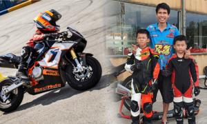 Ông bố dạy hai con trai đua môtô mini