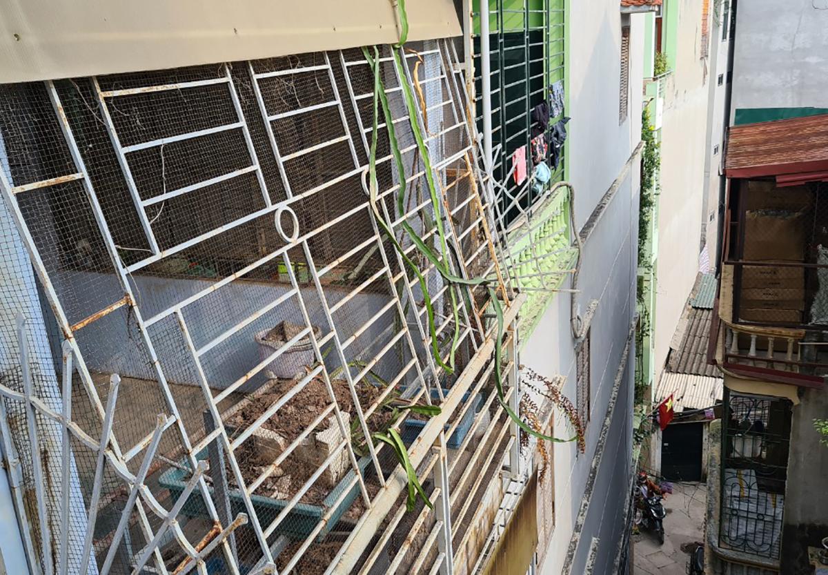 Nhiều ngôi nhà ống trong khu dân cư đường Minh Khai, quận Hai Bà Trưng bịt kín các tầng bằng khung sắt, không có lối thoát hiểm. Ảnh: Tất Định.