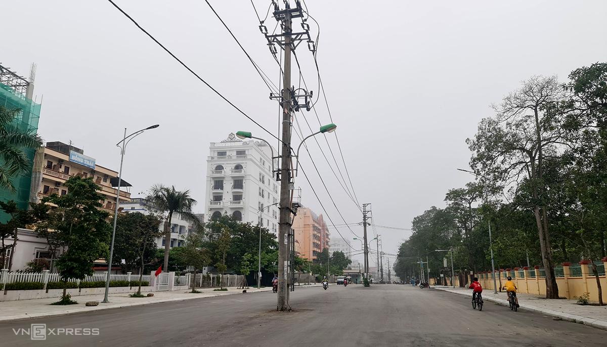 Hàng cột điện án ngữ giữa đường Thanh Niên nhiều tháng nay song không được di chuyển. Ảnh: Lê Hoàng.