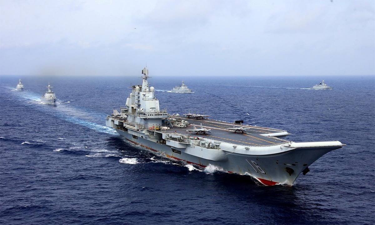 Tàu sân bay Liêu Ninh cùng chiến hạm hộ tống diễn tập ở vùng biển tây Thái Bình Dương, tháng 4/2018. Ảnh: Reuters.