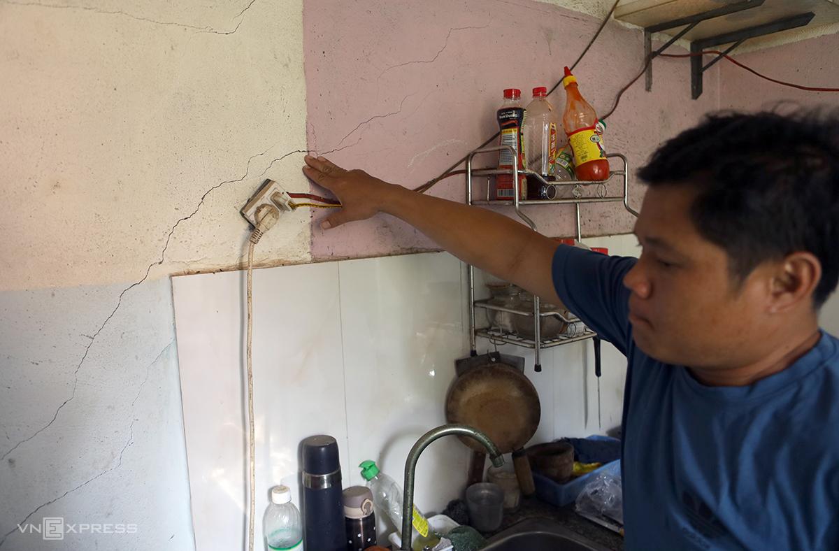 Nhiều vị trí tại tường nhà anh Đặng Quang Huy ở Nha Trang, bị nứt khi dự án nổ mình. Ảnh: Xuân Ngọc.