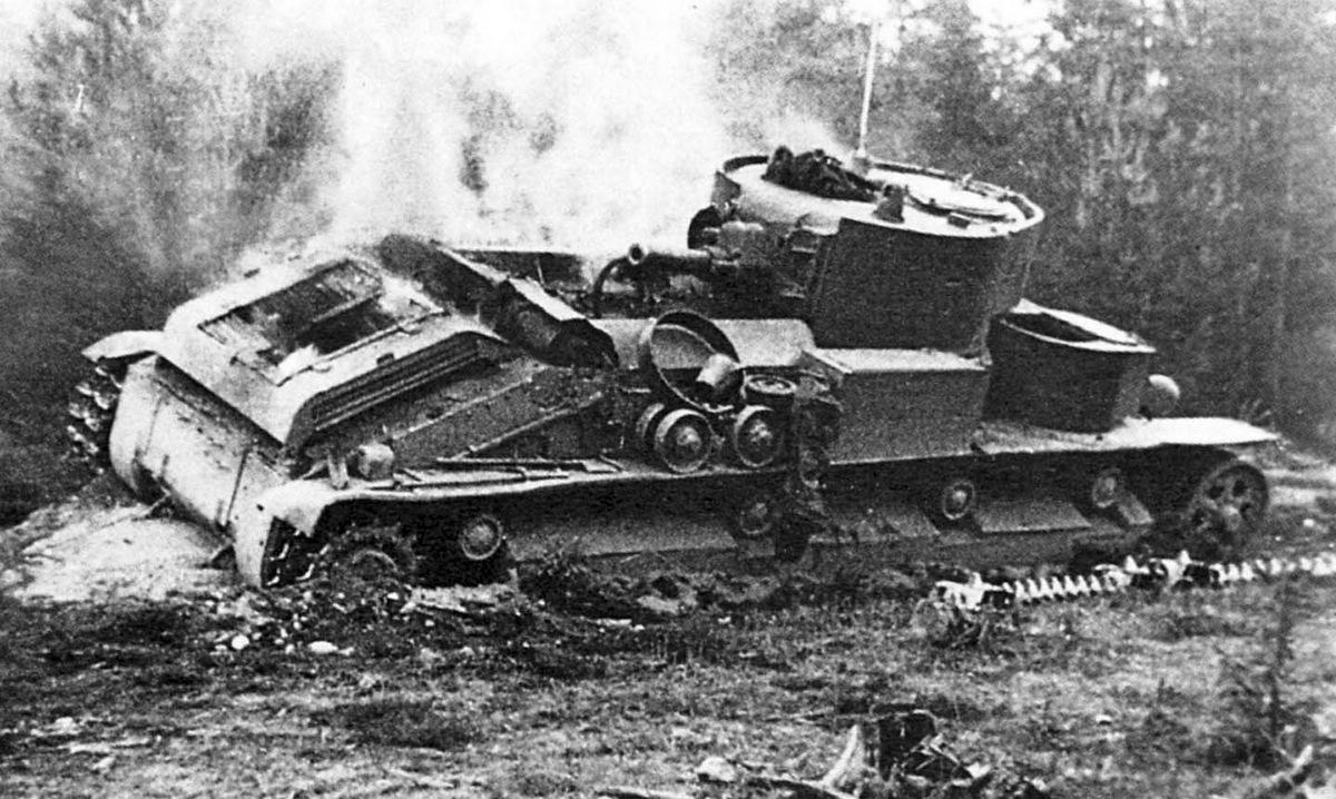 Xe tăng T-28 Liên Xô bị cháy sau một trận đánh. Ảnh: Wikipedia.