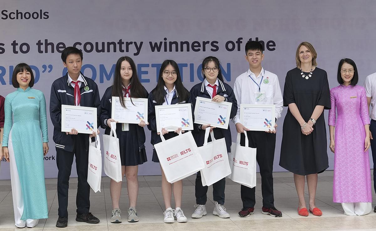 Đội thi của trường THCS Thanh Xuân nhận giải thưởng từ Hội đồng Anh hôm 5/4. Ảnh: Hội đồng Anh.