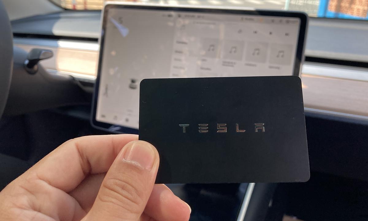 Thẻ từ dùng để mở, khóa cửa trên Tesla Model 3.